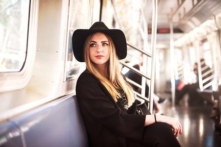 moda: mujer de negocios de manera elegante en el metro