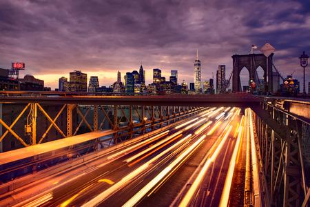 Tráfico de coche de la noche en el puente de Brooklyn en Nueva York