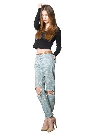 jeans apretados: mujer bonita con el vientre desnudo en jeans ajustados sobre un fondo blanco