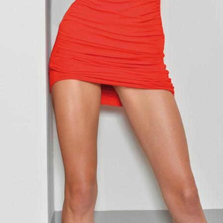 Mujer hermosa con piernas largas con un vestido rojo de mini