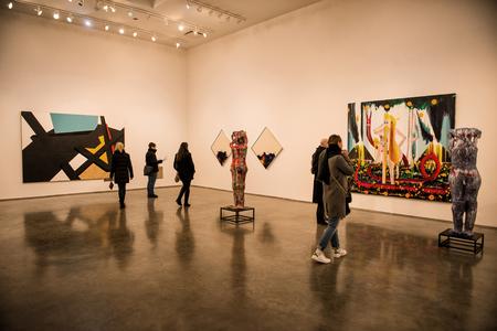 NEW YORK CITY - 27 lutego: Exebithion malarstwa sztuki współczesnej i rzeźby w dzielnicy Chelsea na Manhattanie, Nowy Jork