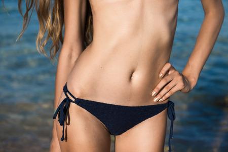 cuerpo perfecto femenino: Perfecto cuerpo femenino en las vacaciones Foto de archivo