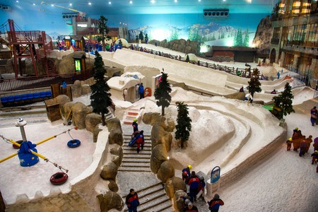 DUBAI, UAE - FEBRUARY 10: Ski on February 10, 2014 in Dubai. Ski Dubai--is an indoor ski resort with 22,500 square meters of indoor ski area. It is a part of the Mall of the Emirates 新闻类图片