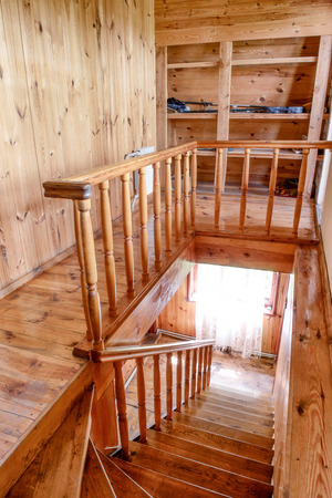 Escaleras de madera y las paredes de la casa Foto de archivo