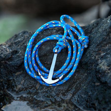 파란 밧줄을 가진 다채로운은 닻 손목 밴드