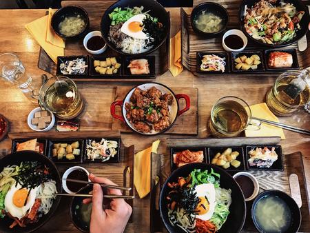 Gezond voedsel op houten tafel. Bovenaanzicht. mensen die dineren in het restaurant. Stockfoto