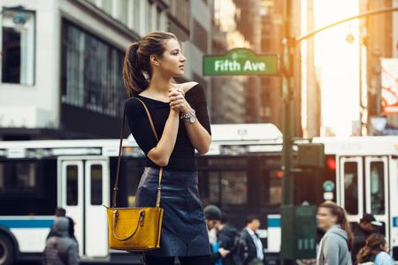 Mooi toeristenmeisje die en het bezige stadsleven van de stad van New York reizen enjoing. Levensstijlspruit van reismeisje op stadsstraat. Stockfoto - 75629068
