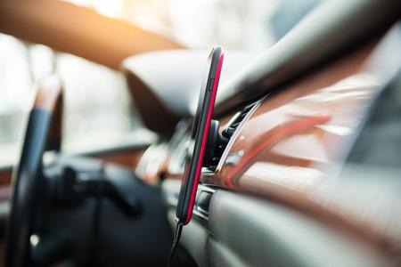 磁石車の携帯電話 GPS の携帯電話ホルダーをマウントします。 写真素材