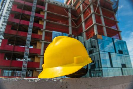 Mensen op de constructie en veiligheidstechnische conceptfoto. Gele helm op de bouwwerf. Stockfoto