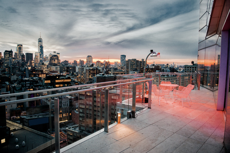Luxusstadtdachspitzenbalkon mit kühlendem Bereich in New York City Manhattan Midtown. Elite Immobilienkonzept. Standard-Bild