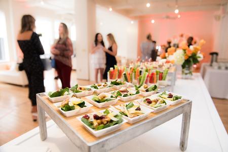 Gezonde biologische glutenvrije heerlijke groene snacks salades op cateringtafel tijdens bedrijfsfeest