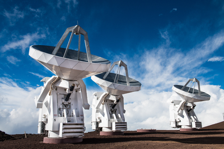 Observatory space science antennas on mountain volcano top in Hawaii Banque d'images