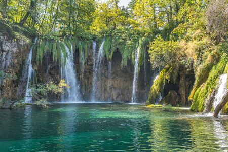 beautiful turquoise waterfalls at plitvice lakes national park in croatia Banque d'images - 128393728