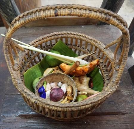 Basket of Thai foods for cooking, basil, garlic,cumin,lemon grass Banque d'images