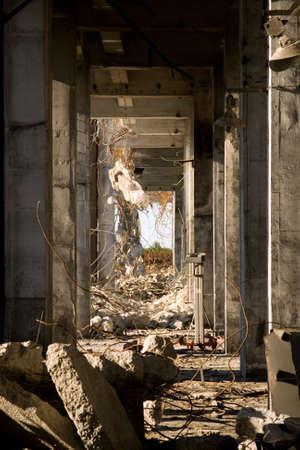bedrijfshal: Industrieel gebouw onder sloop