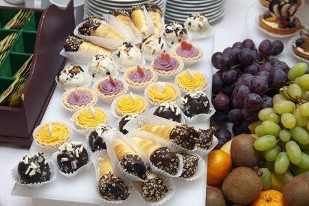 パーティー用のデザートテーブル。クッキーと果物 写真素材