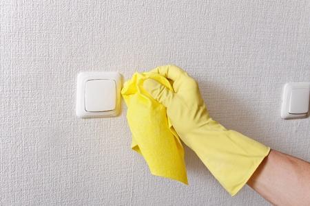 La main de nettoyage.