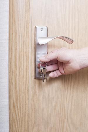Main ouvre la porte. Banque d'images