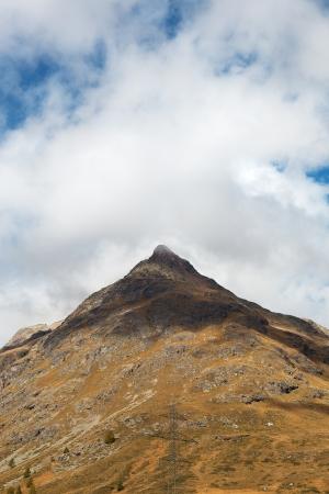 over the hill: Cluds sobre la colina en los Alpes