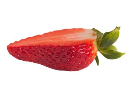 La moiti� des fraises isol� sur fond blanc