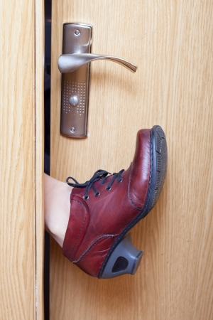 door handle: Leg in boot opening door