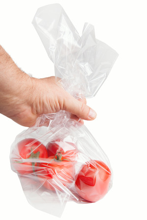 Tomates rouges dans un sac en plastique. Banque d'images