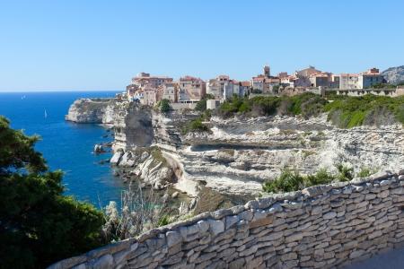 Bonifacio ville sur des falaises, Corse, France. Banque d'images