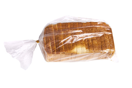 bolsa de pan: Pan en una bolsa de plástico aisladas sobre fondo blanco