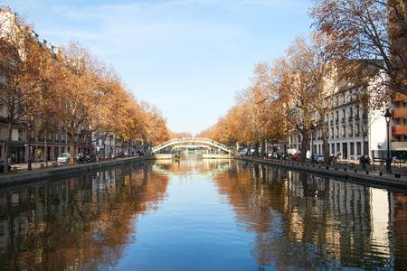 歩行者は、カナル サン マルタン, パリ, フランスにかける橋します。 写真素材