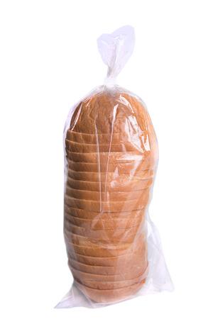 tranches de pain: Tranches de pain dans un sac en plastique isolé sur blanc.