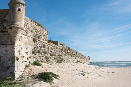 De stadsmuur van Peniche in de Atlantische Oceaan, Portugal.