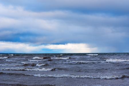 amanecer: Cielo oscuro sobre el Golfo de Riga, mar Báltico. Foto de archivo