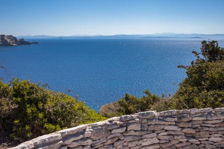 Estrecho de Bonifacio entre Córcega y Cerdeña, mar Mediterráneo. Foto de archivo - 92524018