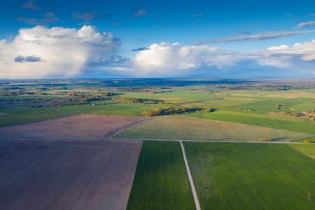 Paisaje agrícola rural a la luz del atardecer.