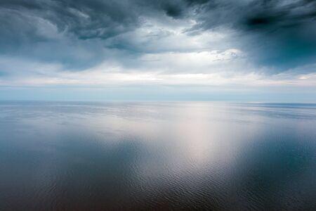 Luz de la mañana en el golfo de Riga, mar Báltico. Foto de archivo