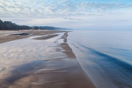 Calm winter morning by gulf of Riga, Baltic sea. Standard-Bild