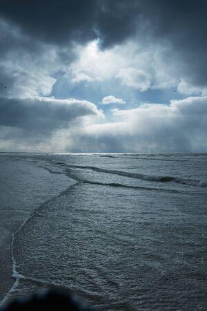 Dunkle und stürmische Ostsee. Standard-Bild