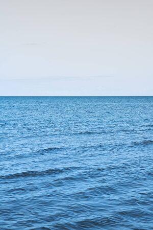 Nog zomerdag door Golf van Riga, Oostzee.