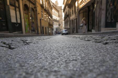 Calle de la ciudad de Oporto a la luz de la mañana.