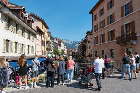 Río Thiou en el centro de Annecy, Francia. Editorial