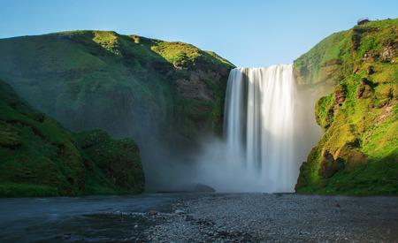 Huge and dramatic waterfall during sunny day, Skogafoss, Iceland 版權商用圖片