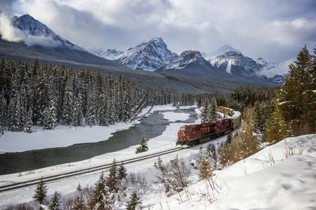Pasando por el valle del río bajo la vigilancia de las Montañas Rocosas, las Montañas Rocosas, la Curva Morants, el Parque Nacional Banff, Canadá