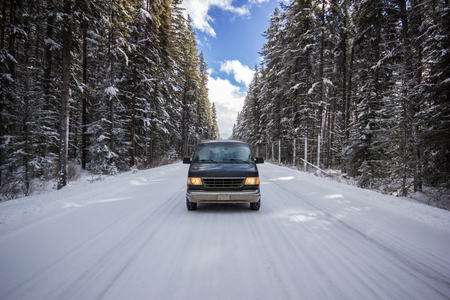 An old car in the middle of a snow covered snow covered snowflake, Banff National Park Canada 版權商用圖片