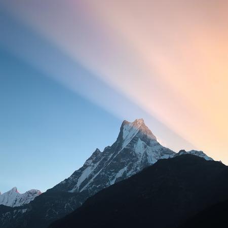 De eerste zonsopkomst stralen over de piek van Machapuchare of de Staart van vissen 6993 m.