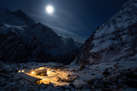 Huis en haard. regio Nepalese Himalaya Annapurna Machhaphuchhre Base Camp 3700 m Stockfoto