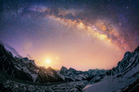 Er zijn 3 van de 5 hoogste bergen in de wereld Everest 8850 m 8516 m Lhotse en Makalu 8485 m. En de grootste gletsjer ligt eronder Ngonsumpa gletsjer, die is 36 km lang. Dit beeld wordt bekroond door recent rised Maan en Venus. Stockfoto - 41319845