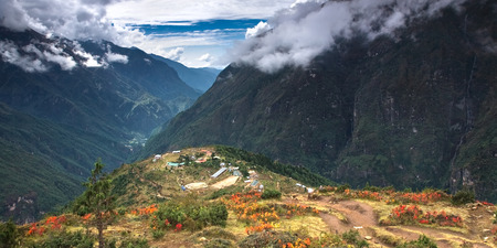 A beautiful village in Himalayas - Namche Bazaar 3,500 m surrounded by hills and mountains. Nepal, Everest National Park. Standard-Bild