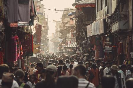 multitud gente: vida en la calle de Asia. Una de las atestadas calles de Katmandú, Nepal. Editorial