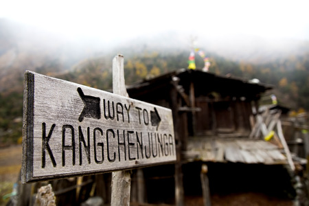 A sign showing the trekking route to Kangchenjunga Base Camps in Nepal, Himalayas.Kangchenjunga is a third highest mountain in the world. Banco de Imagens