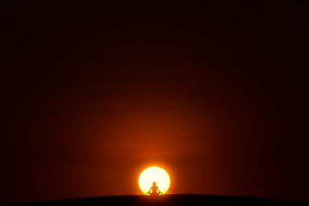 mente: Meditación. Una persona que está sentada en el loto plantean en el centro del Sol Foto de archivo